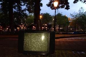Mayo 2014-Holanda Un televisor abandonado bajo la lluvia enfrente del ultimo anillo de canales de Amsterdam.
