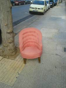 29 de Junio-Benidorm Junto a un árbol había un sillón.