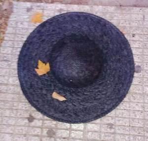 15  de Junio-Benidorm Una pamela negra de paja estaba tirada sobre la acera.