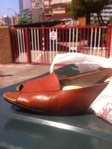 23 de Junio-Benidorm Unos zapatos de cuero marrones de mujer estaban  a la salida de un edificio, dentro de una bolsa abierta.