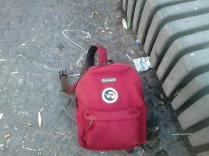 12 de Agosto-Benidorm Una mochila estaba tirada en el suelo junto a un banco.