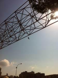 2 de Septiembre del 2014-Benidorm Unas zapatillas atadas sobre una estructura de metal.