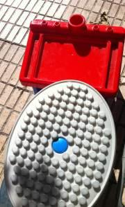 9 de Octubre de 2014 - Burgos Un juego infantil tirado en el borde de la acera.