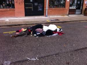 12 de diciembre 2014 - Burgos Un montón de ropa de mujer y de hombre, estaban abandonados en un parking tras acabar el mercadillo de un barrio.